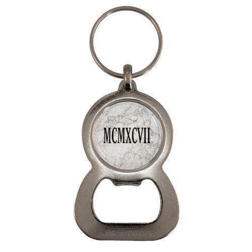 1StopShops MCMXCVII Flaschenöffner / Schlüsselanhänger, Motiv Römische Zahlen 1997