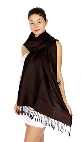 Fabuleux, très grand et doux foulard en viscose à motif Paisley. Produit offert par NYFASHION101. Brun foncé 1