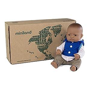 Miniland latinoamericano con ropita y complementos Set de regalo: Muñeco bebé con rasgos latinos y conjunto de chaleco con capucha, camisa y pantalón. (31204)