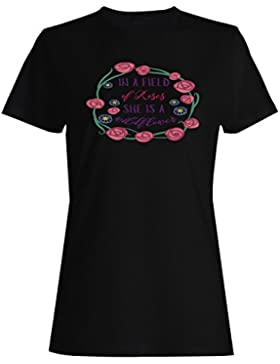En Un Campo De Rosas Es Una Flor Silvestre camiseta de las mujeres k808f