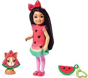 Barbie Chelsea Disfraz de Sandía, Muñeca Morena con Accesorios y Mascota(Mattel Ghv71)
