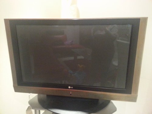 LG PLASMA TV 42 INCHES FAULTY SCREEN DAMAGED SOUND WORKING (BLACK)