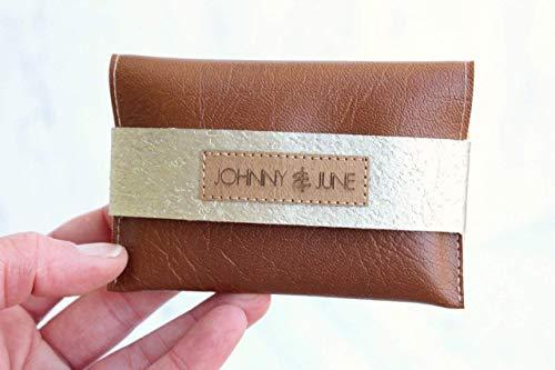 Geldbörse aus Kunst-Leder in COGNAC mit Verschlussriemen aus Kork-Leder in CHAMPAGNER. (Visitenkartenetui Vegan)