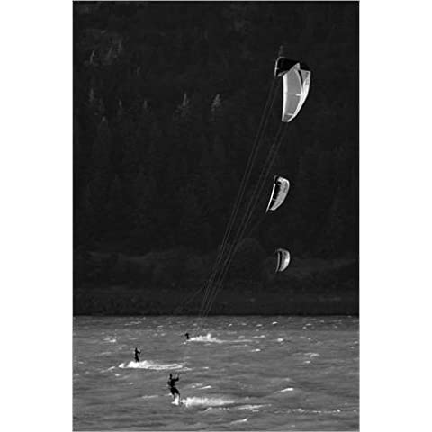 Stampa su legno 70 x 110 cm: Kitesurfer in the Columbia River Gorge di Skip Brown / National Geographic