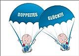 Süße Zwillings Babykarte/Glückwunschkarte zur Geburt von Zwillings Jungen mit blauen Babys an Fallschirmen: Doppeltes Glück!!! • auch zum direkt Versenden mit ihrem persönlichen Text als Einleger.