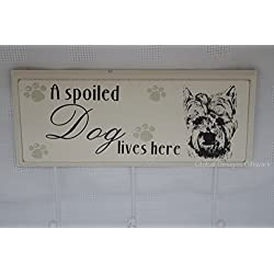 """Letrero de madera con texto en inglés """"A Spoiled Dog Lives Here"""""""