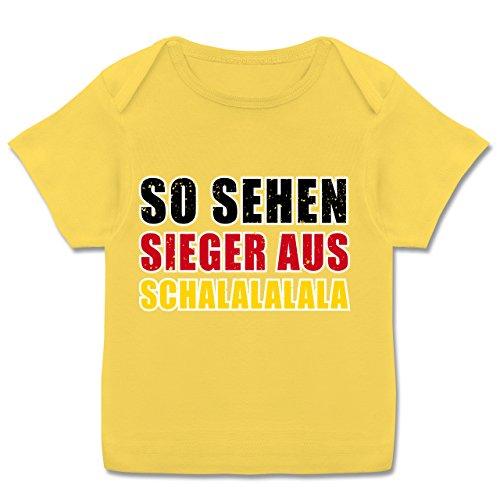 Fußball-Europameisterschaft 2020 - Baby - So sehen Sieger aus! Schalalalala Deutschland - 80-86 (18 Monate) - Gelb - E110B - Kurzarm Baby-Shirt für Jungen und Mädchen