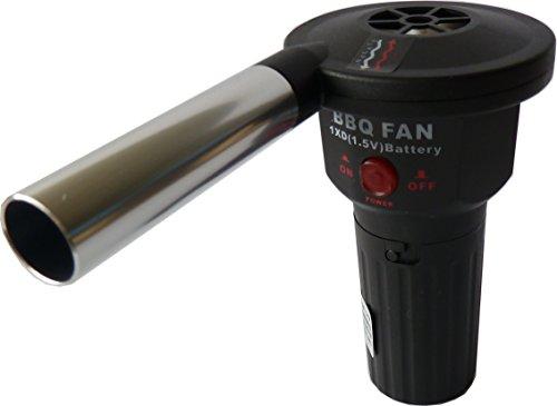 41S%2B2Bqgk L - !!! Unentbehrliches Zubehör für Grill Events !!! Mit diesem Grill Gebläse fühlt man sich wie Clint Eastwood auf einer Grill Party!!! Auf Knopfdruck ohne Kabel ist eine absolut perfekte Glut zum Grillen garantiert ! Gebläse batteriebetrieben zum anheizen und entfachen von Grillfeuer und Grillglut. Gebläse wird mit 1,5 Volt Batterie betrieben.