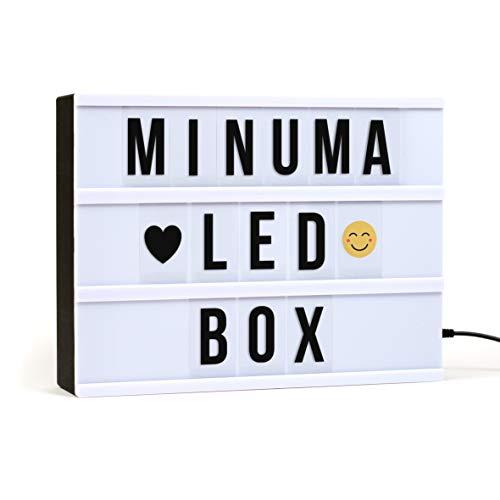 Minuma® LED Kino-Lichtbox | Lightbox in A4-Größe mit 130 schwarzen Buchstaben, Zahlen, Emojis mit USB-Kabel | Der Cinema-Leuchtkasten läuft auch im Batteriebetrieb | Die Lampe hat Energieklasse A+