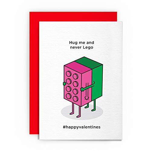 Valentinstagskarte - Hug Me and Never Lego - Lustige humorvolle Romanze Sweetheart Grußkarte Liebe für Ihn Freund Freundin Ehemann Frau Verlobte Gay St. Cupid Valentine
