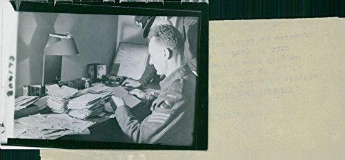 Vintage Foto von Sergeant E.R. Saran (, der Calgary, Alberta, Kanada, Engaged auf Intelligenz Aufgabe, mit einer R.A.F. Officer, Übersetzen Deutsch Buchstaben die Fallenlassen in den kanadischen Linien Waren, bevor Dünkirchen. 1944.