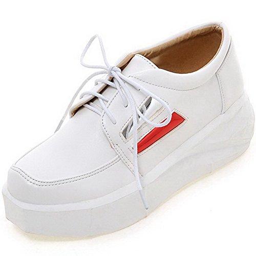 AllhqFashion Damen Gemischte Farbe Pu Leder Mittler Absatz Rund Zehe Schnüren Pumps Schuhe Weiß