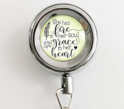 """Halskette mit Anhänger""""She Has Fire in Her Soul"""" von Grace in Heart mit Zitat, handgefertigt, mit einziehbarem Ausweishalter und Schlüsselanhänger"""