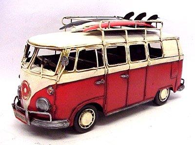 campa-van-volkswagen-rouge-style-hippie-avec-planches-de-surf
