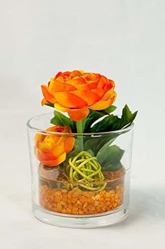 Tischgesteck mit orangefarbenen Ranunkeln im Glas