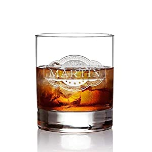 AMAVEL Whiskyglas mit Gravur Banderole, Personalisiert mit Name und Jahreszahl, Tumbler Whiskeyglas, graviertes Trinkglas, Füllmenge: 320 ml