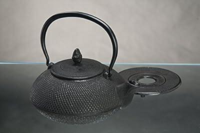 """Théière en fonte """"Arare"""" avec une structure à nopes 1,5L set en fer avec un dessous de verre et un tamis de thé (noir)"""