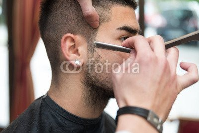 "Bois 3mm 80 x 50 cm: ""Hairdresser Shaving Man s Chin With A Straight Razor"", Bois 3mm"