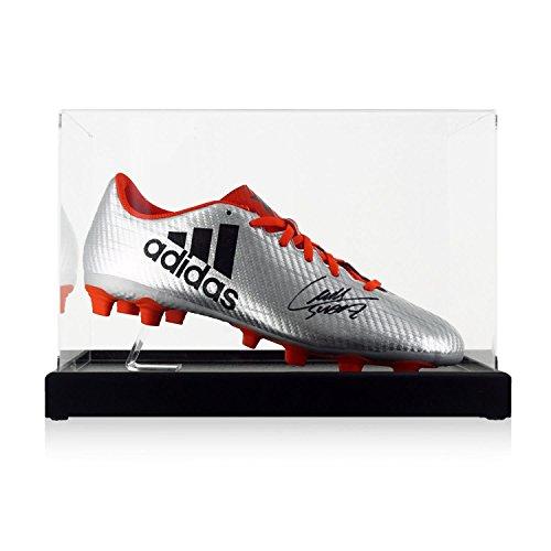 exclusivememorabilia.com Bota de fútbol firmada por Luis Suárez. En vitrina