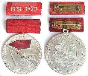 Medaille für Teilnahme an den bewaffneten Kämpfen der deutschen Arbeiterklasse in den Jahren 1918-1923, Bronze versilbert, Bindestrich zwischen den Jahreszahlen kurz mit schrägen Enden (DDR Orden-Abzeichen Nr. 0164a)