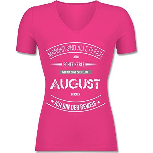 Geburtstag - Echte Kerle Werden IM August Geboren - Tailliertes T-Shirt mit V-Ausschnitt für Frauen Fuchsia