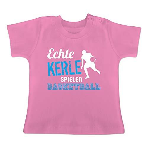 Sport Baby - Echte Kerle Spielen Basketball - 12-18 Monate - Pink - BZ02 - Baby T-Shirt Kurzarm