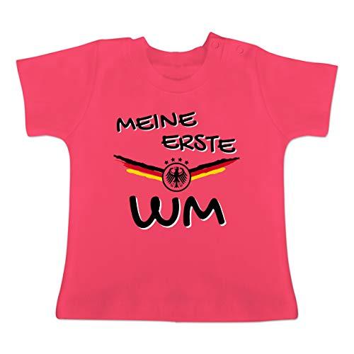 Fußball-Europameisterschaft 2020 - Baby - Meine erste WM Deutschland - 18-24 Monate - Fuchsia - BZ02 - Baby T-Shirt Kurzarm - Silber Mädchen Shorts