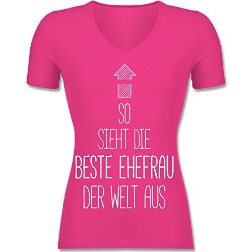Typisch Frauen - So sieht die beste Ehefrau der Welt aus - Tailliertes T-Shirt mit V-Ausschnitt für Frauen Fuchsia