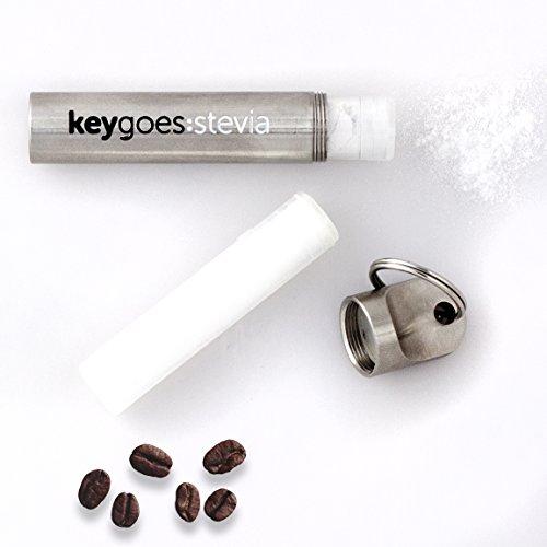 KEYGOES:STEVIA Edelstahl-Schlüsselanhänger Stevia-Streuer   Kommt mit zwei STEVIA Nachfüllungen - reine 98% Stevia Rebaudiana - höchste Reinheit. 420x süßer als Zucker und NULL Kalorien.   Unvergleichliches Gadget / Schlüsselring & ideales Geschenk (Kalorien-süßstoff)