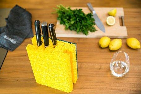 tauglich Designstudio Witziger Messerblock aus XXL Schwamm mit Vier Schlitzen 21 cm x 11 cm und 24 cm hoch - EIN praktisches Geschenk
