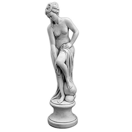 gartendekoparadies.de Wunderschöne Statue Venus im Bad auf Podest aus Steinguss frostfest