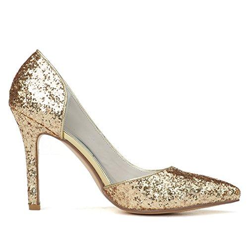 Le punte delle pompe degli alti talloni delle donne si trovano sulla piastra di cippato Gold