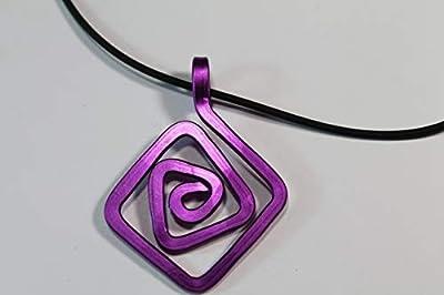 Pendentif en aluminium anodisé.Couleur violet.Modèle Puck Medium