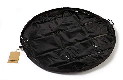 Esta resistente bolsa impermeable se pliega en un tapete de cambio plano de 1 m de diámetro para que usted permanezca de pie mientras se la cambia. Es perfecto para usar en aparcamientos al salir de sus trajes de neopreno. Simplemente coloque todo...
