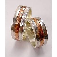 Un paio di anelli di fidanzamento in argento con il centro di rame e testo personalizzato