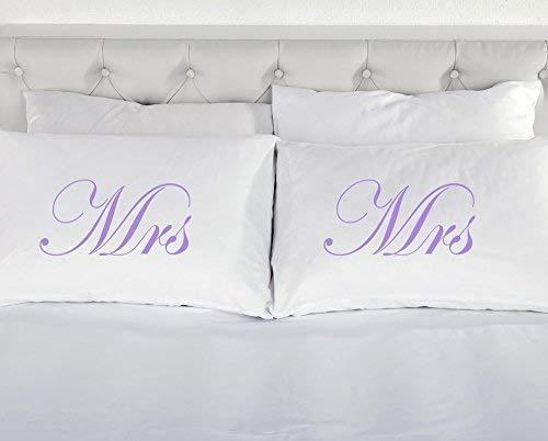 60 Second Makeover Limited - Kissenbezüge Weiß mit Flieder Mrs und Mrs Aufdruck Neuheit - Witziges Bettwäsche Geschenk für Homosexuelle Ehen Partnerschaften