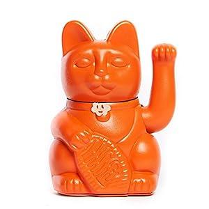 Lucky Cat. Der klassische Glücksbringer in winkender Katzengestallt oder Maneki-Neko in fröhlichen Farben. ORANGE zieht Glück, Glück für Reisende. 12x9x18cm