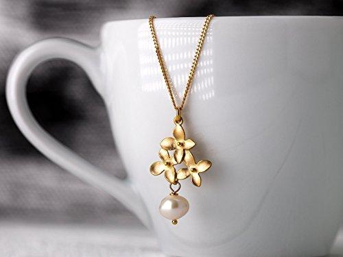 Perlen zu Ostern! Romantische Perlen-Kette / zierlicher Perlen-Schmuck: Zarte, matt vergoldete 925er Sterling-Silber Kette mit Blüten-Anhänger und...