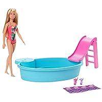 دمية Barbie، شقراء بطول 11.5 بوصة، ومجموعة اللعب الخاصة بحمام السباحة مع منزلق وأكسسوارات GHL91