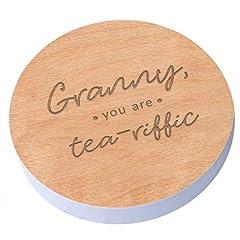 Idea Regalo - Sottobicchiere in legno con la scritta inglese Granny, You Are Tea-Riffic, da regalare alla nonnaper il compleanno (lingua italiana non garantita)