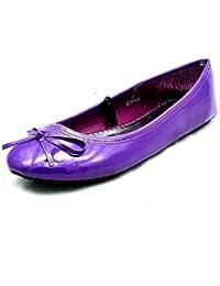 Las muchachas púrpuras bombas planas calzan con el arco pequeño