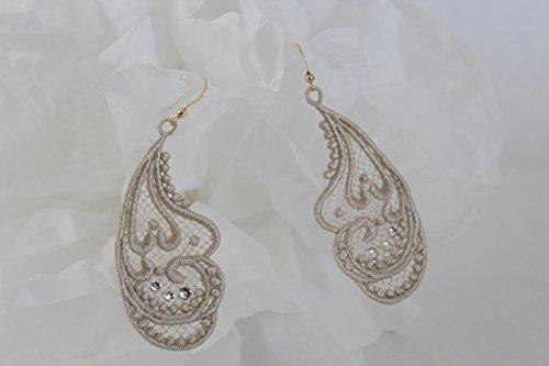 bijoux-rafines-de-dentelle-pendants-boucles-doreilles-creation-en-dentelle-couleur-beige-serties-de-