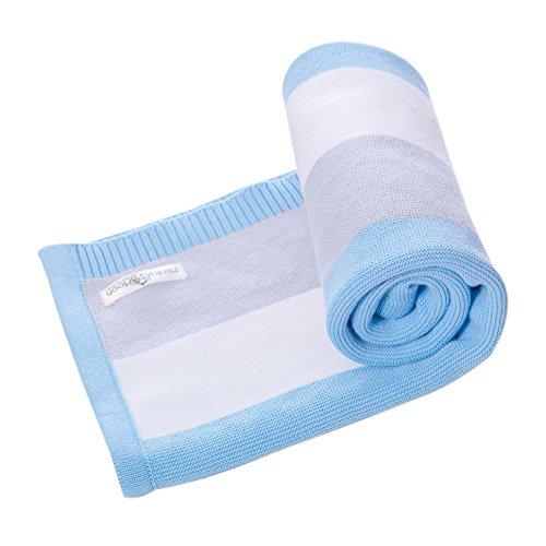 Babydecke aus 100{f8bdb0162b48dd82bec770f7629fada70a989290ae10d46d2519c5d6cf62cfaf} Bio Baumwolle - kuschelige Strickdecke ideal als Erstlingsdecke, Pucktuch oder Kuscheldecke für Jungs in blau/grau/weiß | 90 x 70 cm