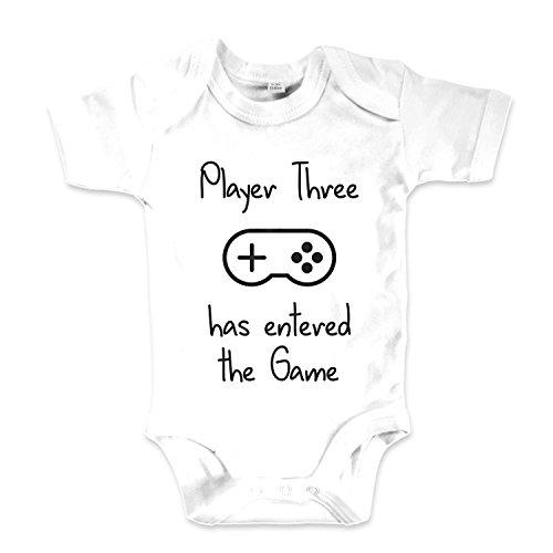 net-shirts Organic Baby Body mit Player Three Has Entered The Game Aufdruck Spruch lustig Strampler Babybekleidung aus Bio-Baumwolle mit Zertifikat, Größe 3-6 Monate, Weiß