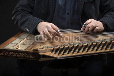 "Alu-Dibond-Bild 140 x 90 cm: ""Qanun, a zither like instrument with seventy-eight strings"", Bild auf Alu-Dibond"