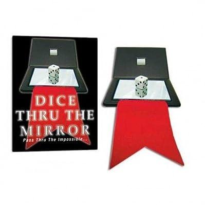 Mostra i tuoi spettatori una tasca con un'apertura quadrata su ogni lato. Contiene un doppio specchio (che riflette su entrambi i lati) collegato ad un nastro.   Ora mostri un dado, un dado classico, che i tuoi spettatori possono controllare insieme ...