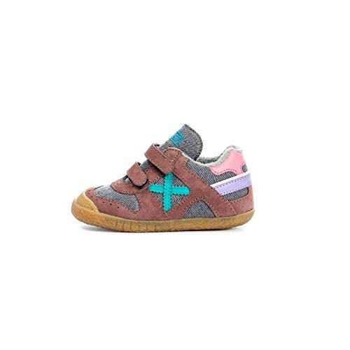 Zapatillas Munich Baby Goal de color marrón y rosa con cierre de velcro.