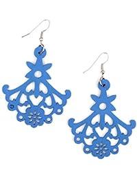 Idin Jewellery - Blaue Holzohrhänger mit ausgespartem Blumenmotiv (ca. 7cm lang)
