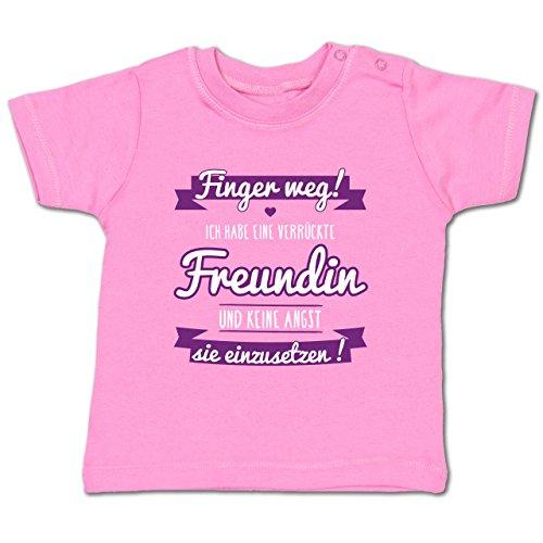Shirtracer Sprüche Baby - Ich Habe eine Verrückte Freundin Lila - 18-24 Monate - Pink - BZ02 - Babyshirt Kurzarm