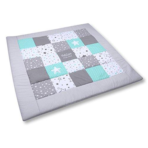 Amilian Krabbeldecke Patchworkdecke ideal als Spieldecke Laufgittereinlage Decke Kuscheldecke schön gepolstert mit Namen und Datum bestickt, ideal als Geschenk (M062) (125x125cm)